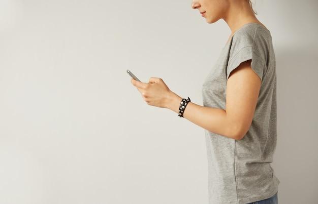 Zbliżenie obrazu nastolatka szuka informacji w sieci na telefon komórkowy