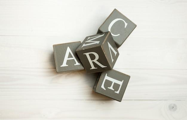 Zbliżenie obrazu słowa miłość napisane drewniane klocki
