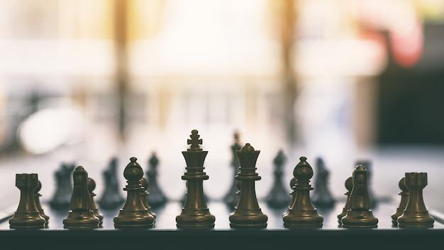 Zbliżenie obrazu szachów w kolorze srebrnym i złotym na szachownicy