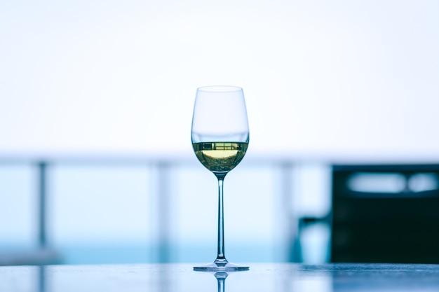 Zbliżenie obrazu szampana w kieliszek do wina z rozmytym tłem