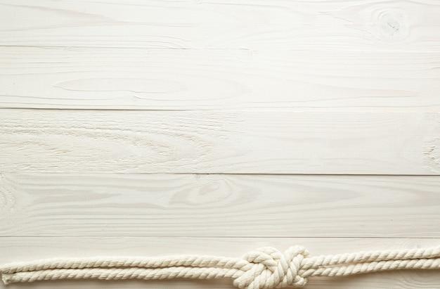 Zbliżenie obrazu węzła morskiego na białym drewnianym tle