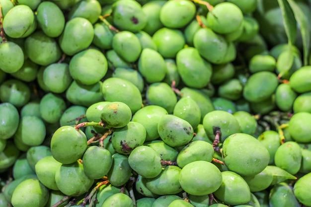 Zbliżenie odgórnego widoku zielony mały mango dla bubla w rynku