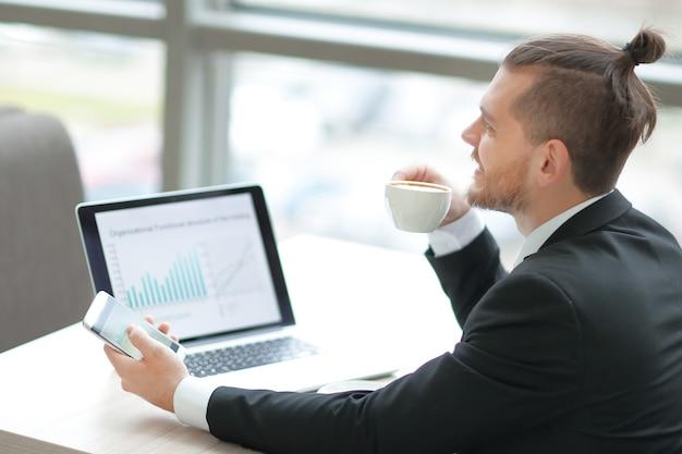 Zbliżenie. odnoszący sukcesy biznesmen, pracujący w nowoczesnym biurze