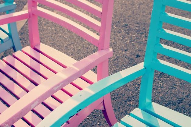 Zbliżenie ogrodowi krzesła w pastelowym brzmieniu