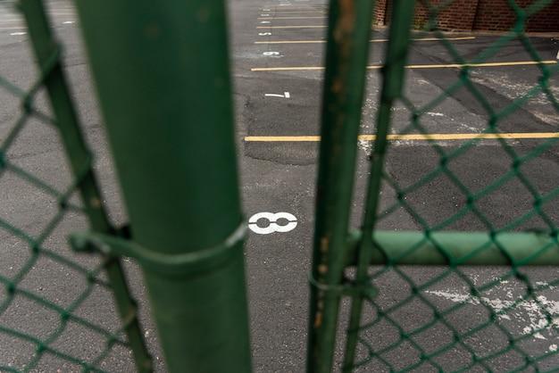 Zbliżenie ogrodzenie z parking tłem