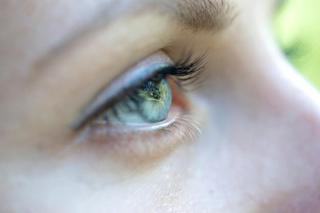 Zbliżenie oko kaukaski blondynki kobieta. portret młodej kobiety. kaukaski dziewczyna twarz tło, z bliska oczy