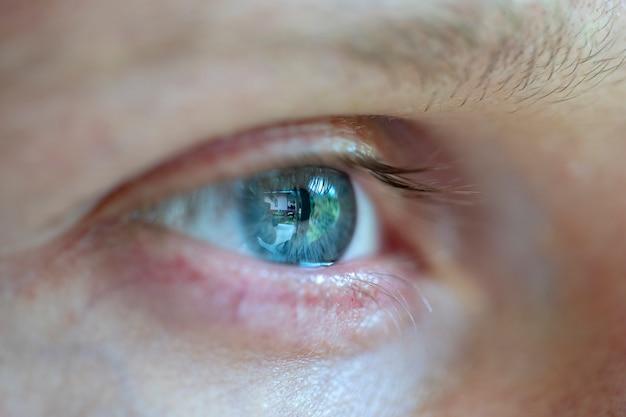 Zbliżenie oko kaukaski mężczyzna