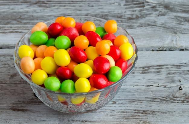 Zbliżenie okrągłe i owalne wielokolorowe cukierki na stole