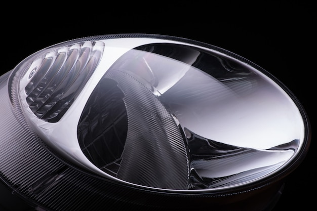 Zbliżenie okrągłe reflektory samochodowe na czarnym tle na białym tle