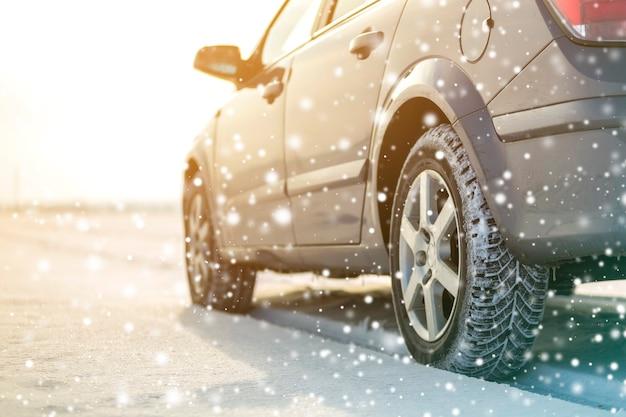 Zbliżenie opon gumowych kół samochodowych w głębokim śniegu zimowym. koncepcja transportu i bezpieczeństwa.