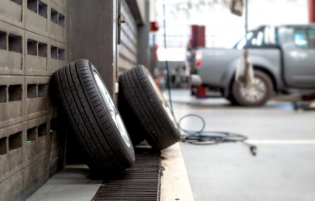 Zbliżenie opona w samochodowej naprawy staci