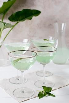Zbliżenie orzeźwiających napojów alkoholowych na stole