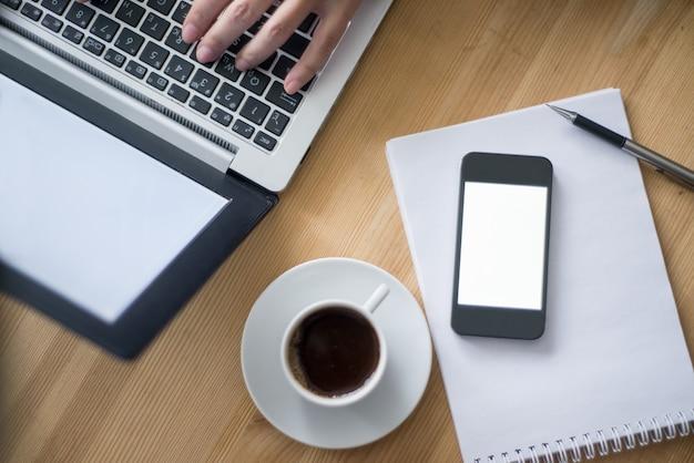 Zbliżenie osoba z laptopem i kawą