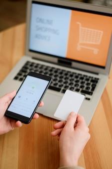 Zbliżenie osoby gotowe do zakupu online