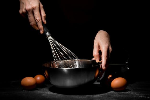 Zbliżenie osoby gotującej