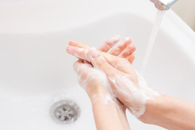 Zbliżenie osoby mycie rąk w łazience. opieka zdrowotna