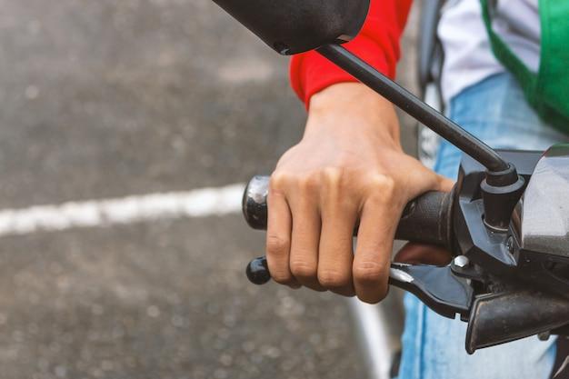 Zbliżenie osoby posiadającej kierownicę motocykla
