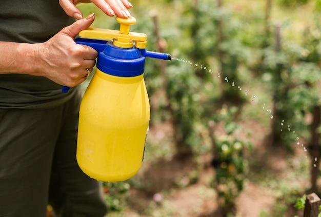 Zbliżenie osoby rozpylającej pestycydy