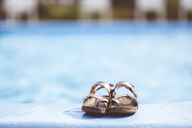 Zbliżenie ostrości strzał sandały skórzane r. przy basenie