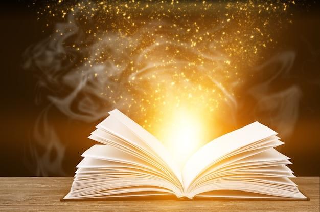 Zbliżenie otwartej książki na stole
