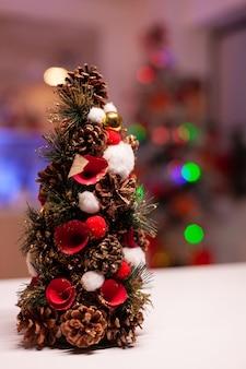 Zbliżenie ozdób choinkowych w świątecznej kuchni