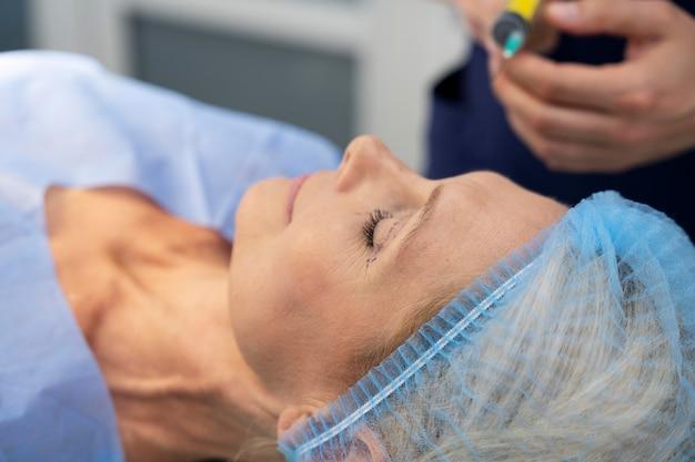 Zbliżenie pacjenta gotowego do zabiegu