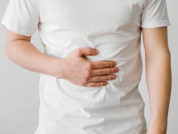 Zbliżenie pacjenta z bólem brzucha
