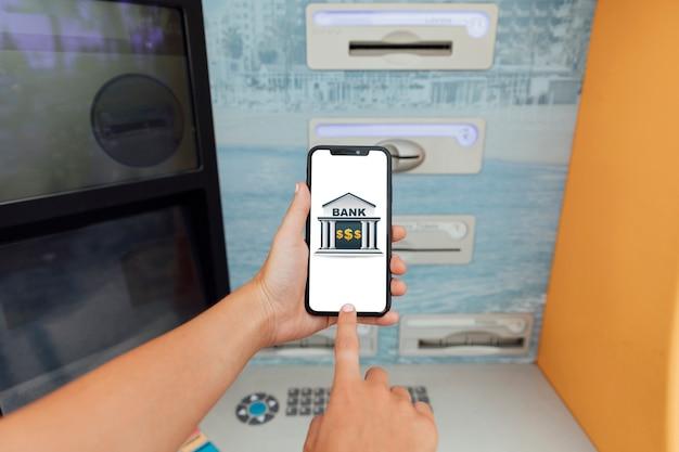 Zbliżenie palca dotykając ekranu telefonu