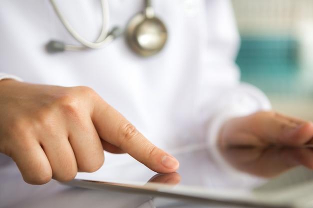 Zbliżenie palcem naciskając tabletkę