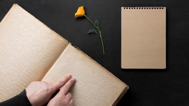 Zbliżenie palców czytania książki