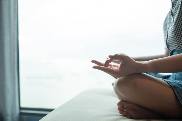 Zbliżenie palec praktyki jogi, koncepcja równowagi