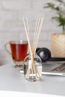 Zbliżenie pałeczek aromatu na stole