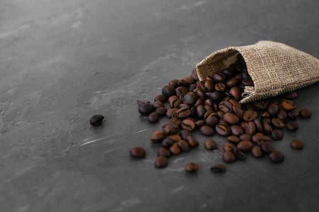 Zbliżenie palonych ziaren kawy na stole
