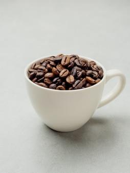 Zbliżenie palonych ziaren kawy tajskiej