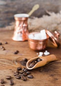Zbliżenie palonych ziaren kawy z cukrem