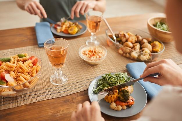 Zbliżenie: para zdrowy obiad i picie wina przy stole w domu