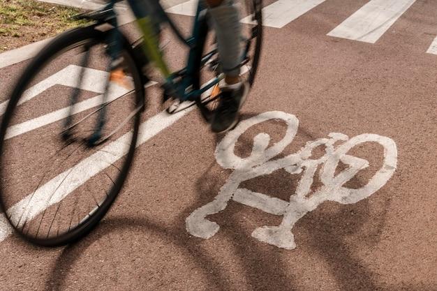 Zbliżenie pasa rowerowego na drodze