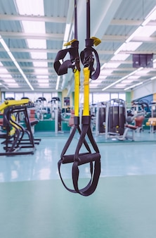 Zbliżenie pasków fitness gotowy do użycia w centrum fitness. koncepcja szkolenia zawieszenia.