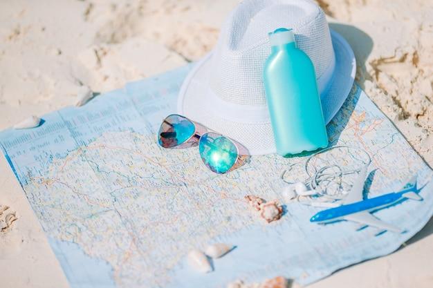 Zbliżenie paszportów, zabawkowy samolot, okulary przeciwsłoneczne na mapie