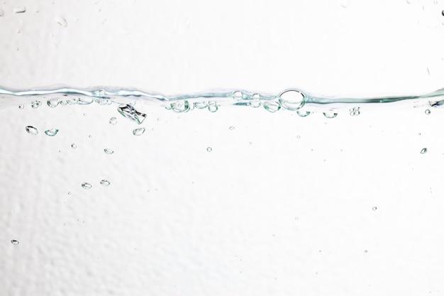 Zbliżenie pęcherzyki pod wodą na białym tle.
