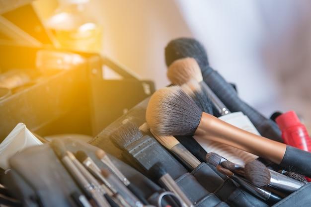 Zbliżenie pędzle do makijażu, zestaw do makijażu, pędzle do makijażu miękkiego i tusz do rzęs
