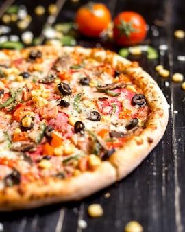 Zbliżenie pepperoni pizza z sezamem kropi