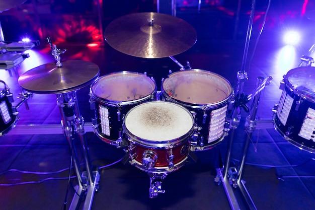 Zbliżenie perkusji w klubie disco