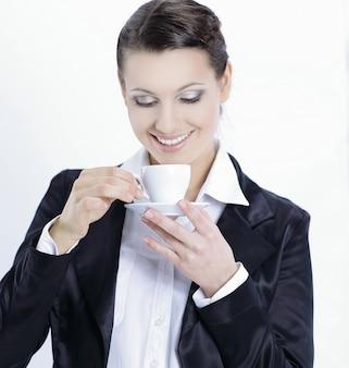 Zbliżenie. pewna biznesowa kobieta z filiżanką kawy. na białym tle