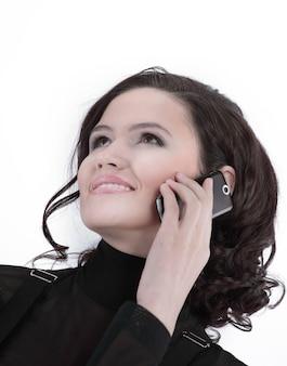 Zbliżenie pewna siebie biznesowa kobieta rozmawia przez telefon komórkowy