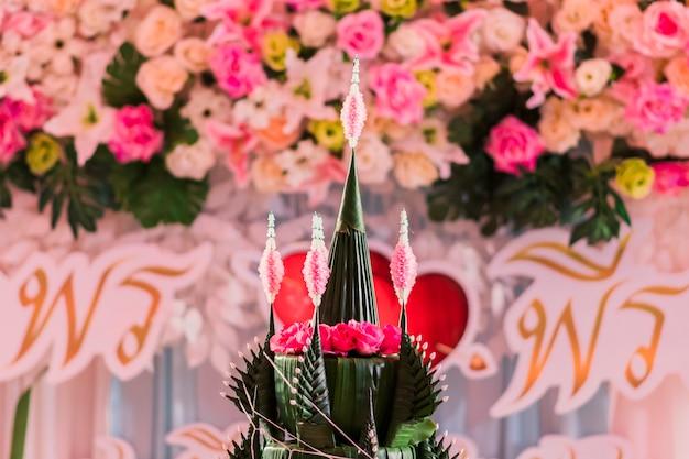 Zbliżenie phan bai sri lub baai sri tray, wykonanej z liści i kwiatów bananowca oraz rozmytego tła.