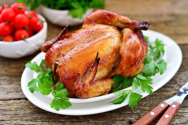 Zbliżenie pieczonego całego kurczaka