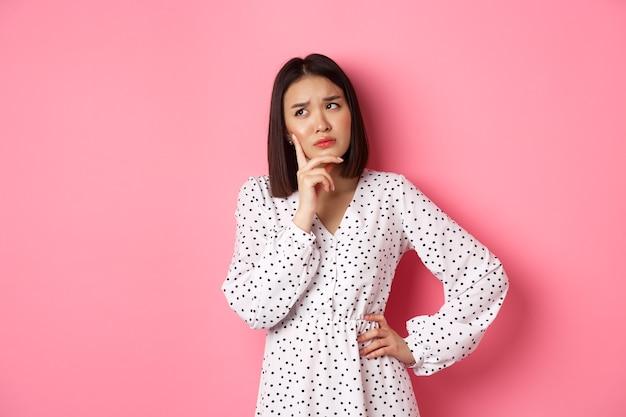 Zbliżenie piękna azjatycka kobieta blogerka kosmetyczna