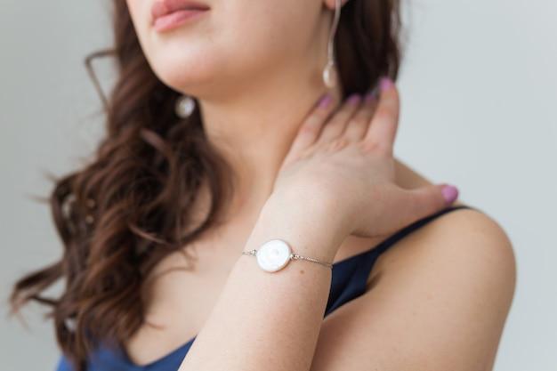 Zbliżenie: piękna kobieta na sobie bransoletkę. akcesoria, biżuteria i koncepcja biżuterii.