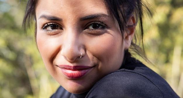 Zbliżenie: piękna kobieta pochodzenia południowoamerykańskiego